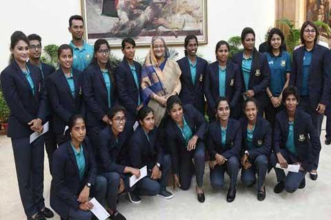 পিছু হটবেন না: নারী ক্রিকেটারদের প্রধানমন্ত্রী